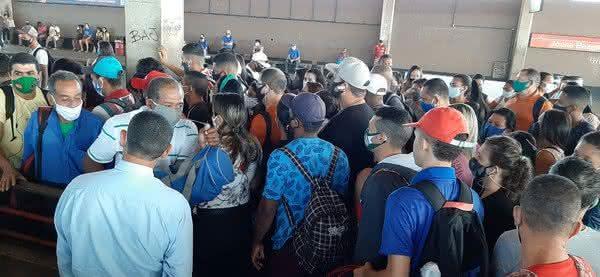 Metrô de Recife retoma as atividades e passageiros reclamam de aglomeração